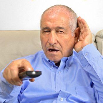 Auch als Senior lässt sich Schwerhörigkeit durch ein gutes Hörgerät einschränken.